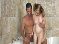 Masturbazione con sega nella vasca da bagno