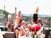 Bisessuali cazzuti e troie accaldate in una scena di sesso in gruppo