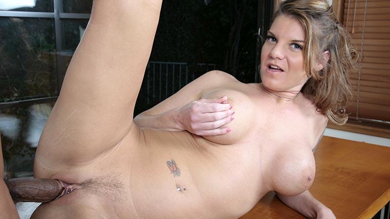 Kayla Quinn si fa fottere la figa da uno stallone