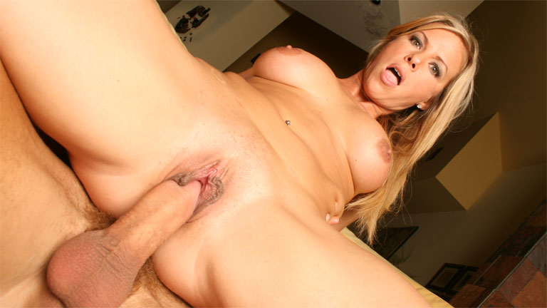 Kayla Synz cavalca un cazzo grosso